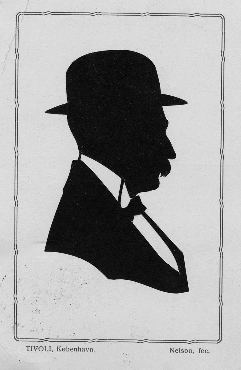 Brystbilde av mann med hatt, høyreprofil.