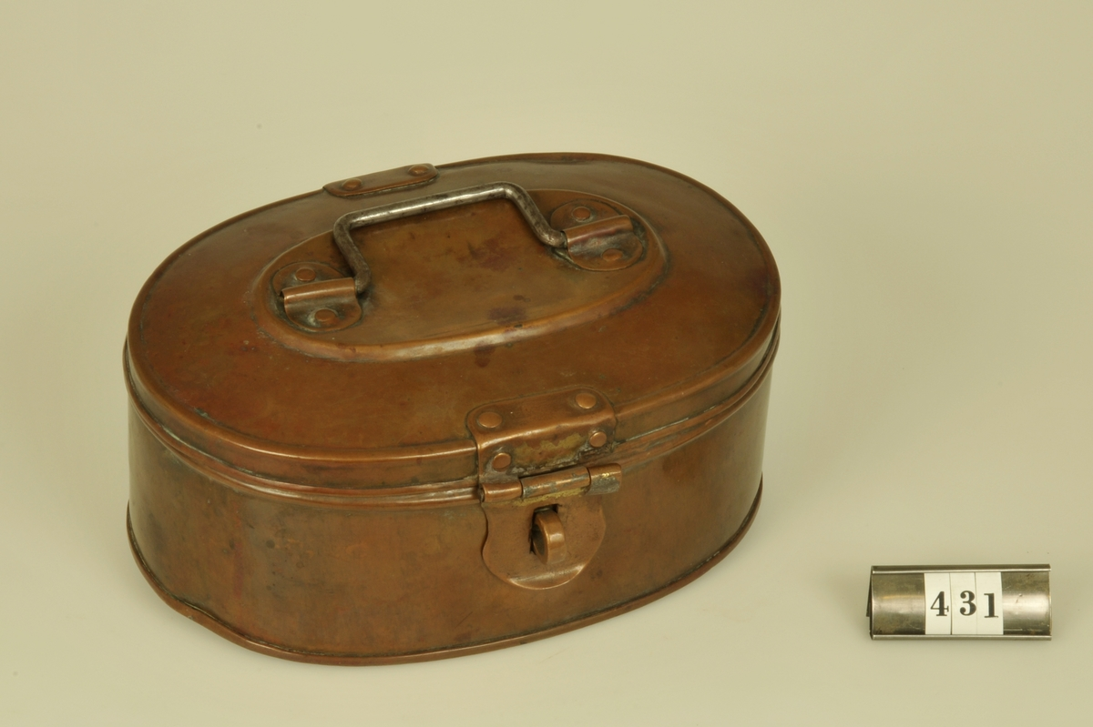 Indelad i två fack. Oval form.  Under tiden omkring 1860 - 1890 använd som kassalåda i Fr. Lenanders affär vid Stora Torget i Alingsås.