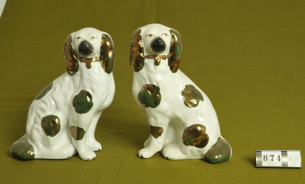 Vit glasyr med guldskimrande dekor.   Inköpt 1878 på auktion efter komminister Per Thorell, Nolby, Alingsås av Anna Norelius far.