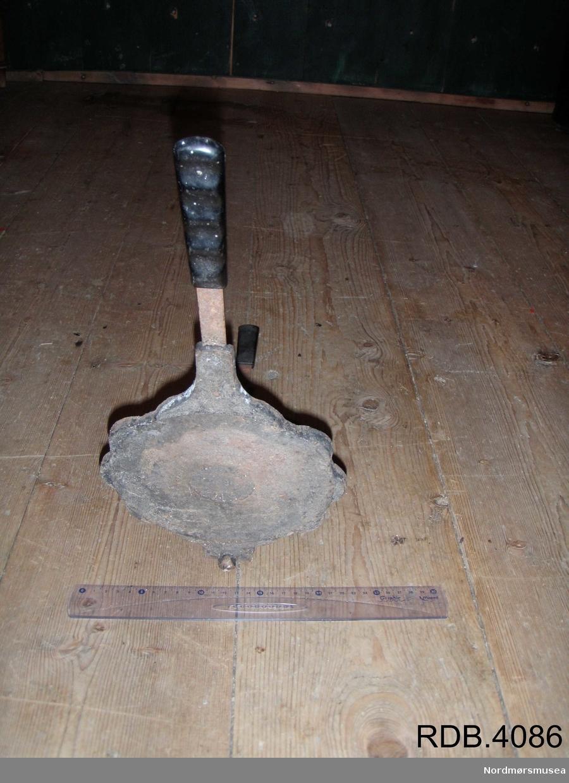 Vaffeljern som varmes opp over åpen ild eller ved å legges på en varm plate. Er av jern, men med håndtak av hardplast. Består av to like store deler som er hengslet sammen på den ene enden. Når det åpnes, står den ene siden bent opp. Innvendig består vaffelrundingen av 5 hjerter.  På begge delene er det utvendig en innskrift hvor det står: JØTUL NR. 6 PRODUCT OF NORWAY.