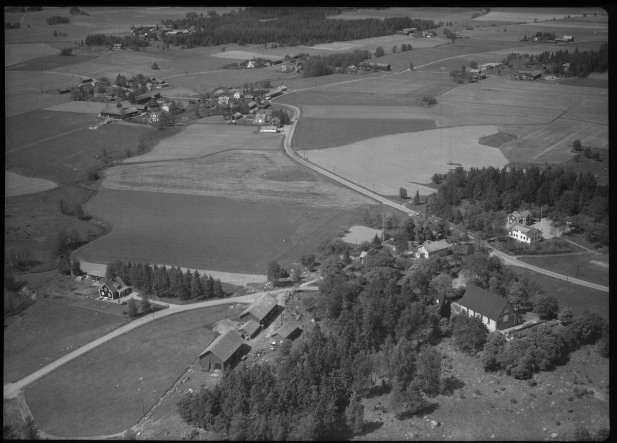 Flygfoto över Bergs kyrka, Berg. Tagen 1965 av AB Flygtrafik Dals Långed.