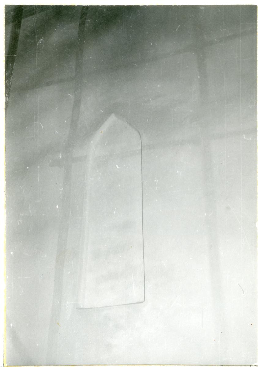 Götlunda sn, Götlunda kyrka.  Detalj av väggen med blindfönster. 1958.