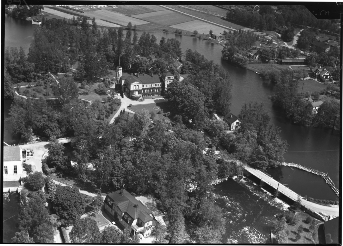 Flygbild över Surahammars herrgård, Surahammar. Tagen av Ahrenbergsflyg.