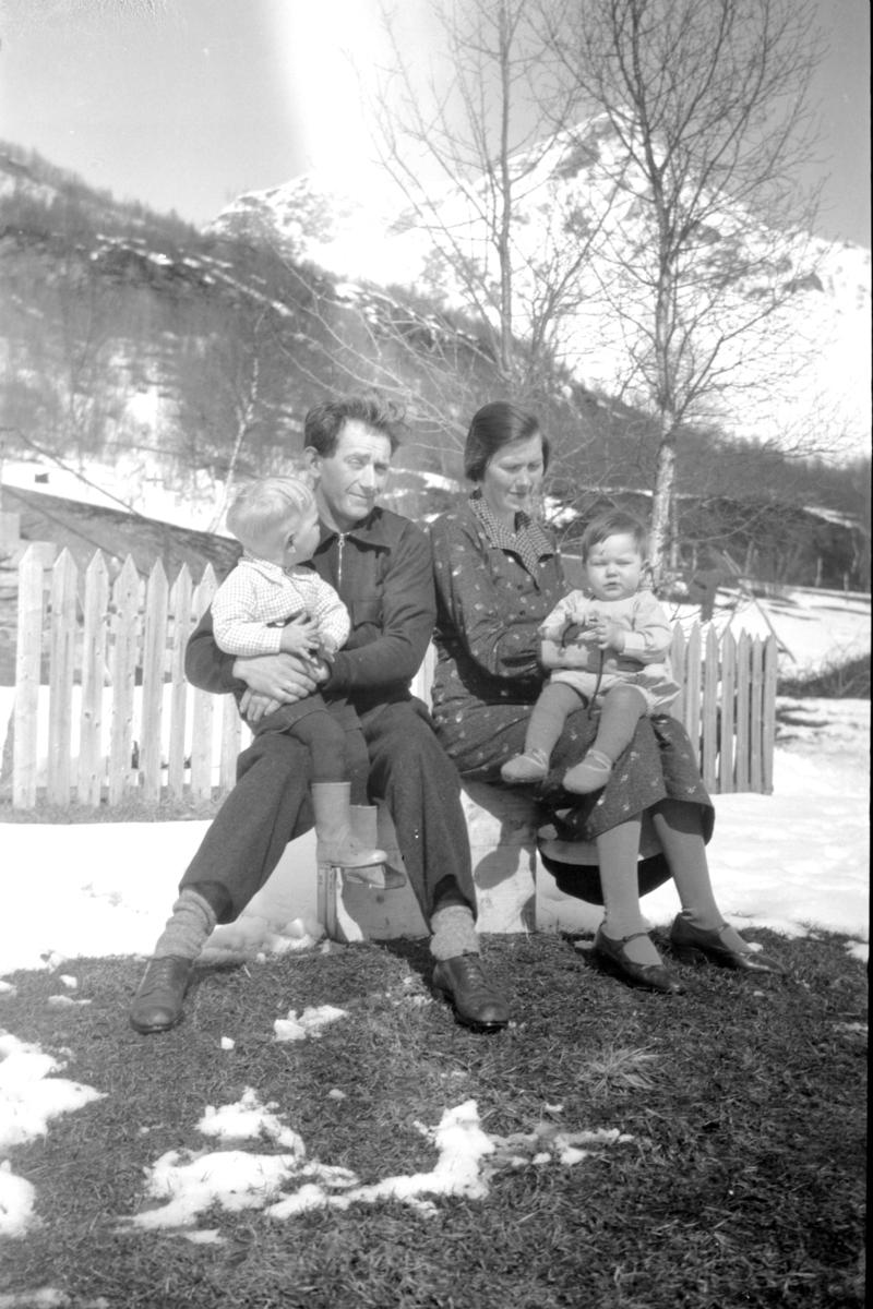 Portrett av familien Coucheron, tatt utendørs Andørja.