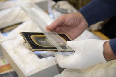 Daguerreotypi måles og registreres.. Foto/Photo