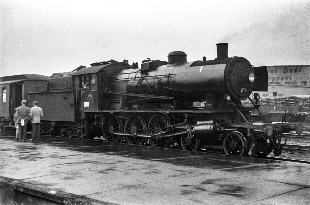 Damplokomotiv type 30a nr. 274 med persontog på Trondheim stasjon.