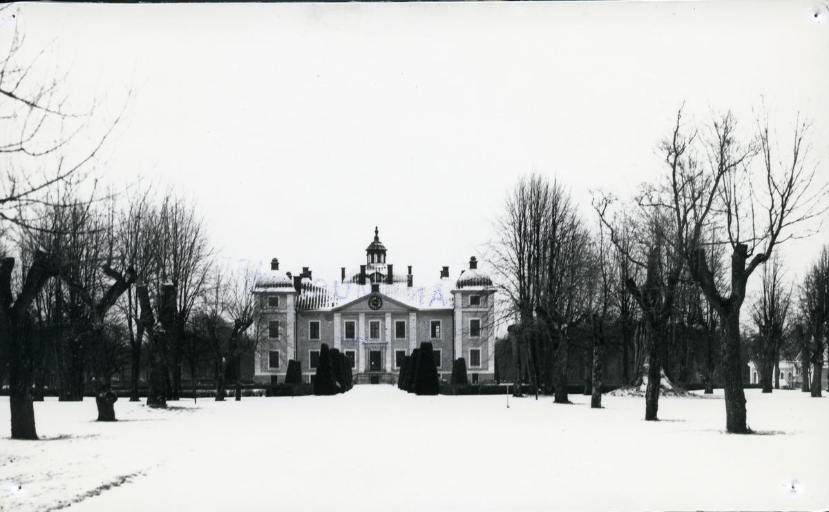 Kolbäck sn, Strömsholms slott. Slottet och del av slottsparken, vintermotiv.