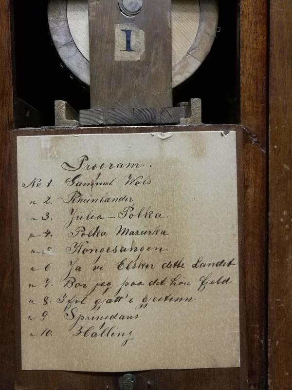 Programmet på en av rullene består av 10 «låter» skrevet med sirlig håndskrift. Foto: Ringve Musikkmuseum