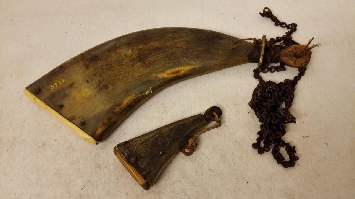 1 krudtdont.  Krudtdont bestaaende av 1/ Haglepung sydd av /skind med dreiet, profilert hals av horn, hvori en kork. 2/ Haglmaal av horn med træbund. 3/ Krudthorn av flatpresset horn med bund av ben og messing holk om halsen. Paa siden mærket A.C.S.S.  4/ Krudtmaal av flatpresset horn med fasete kanter og træbund. Paa siderne  indskaaret rankeornamenter. Alle 4 dele er forbundet med en jernlænke. Gave fra Durdei Seim, Seimsdal.