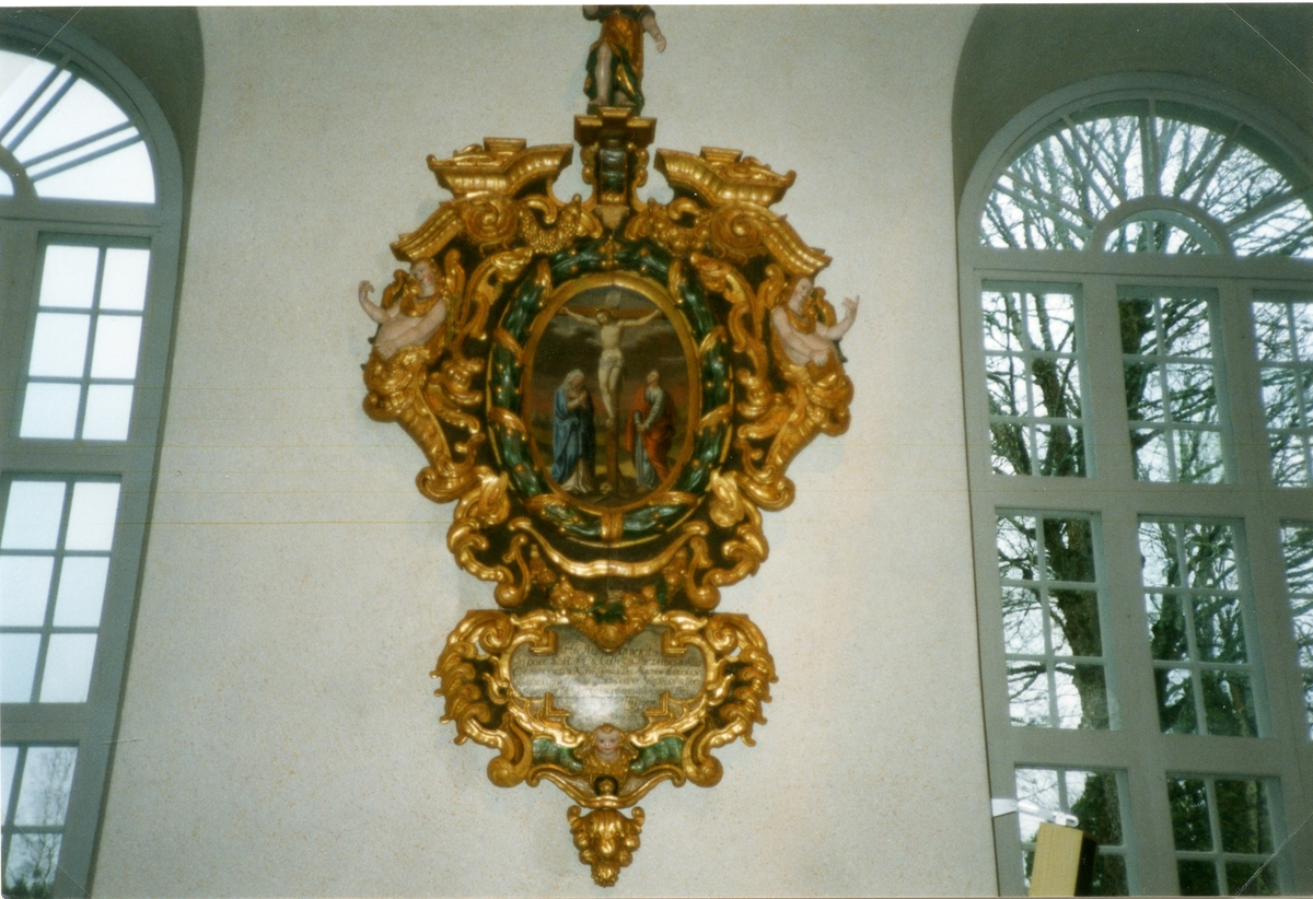 Karbenning sn. Interiör Karbenning kyrka med epitafium och kyrkfönster, 2000.