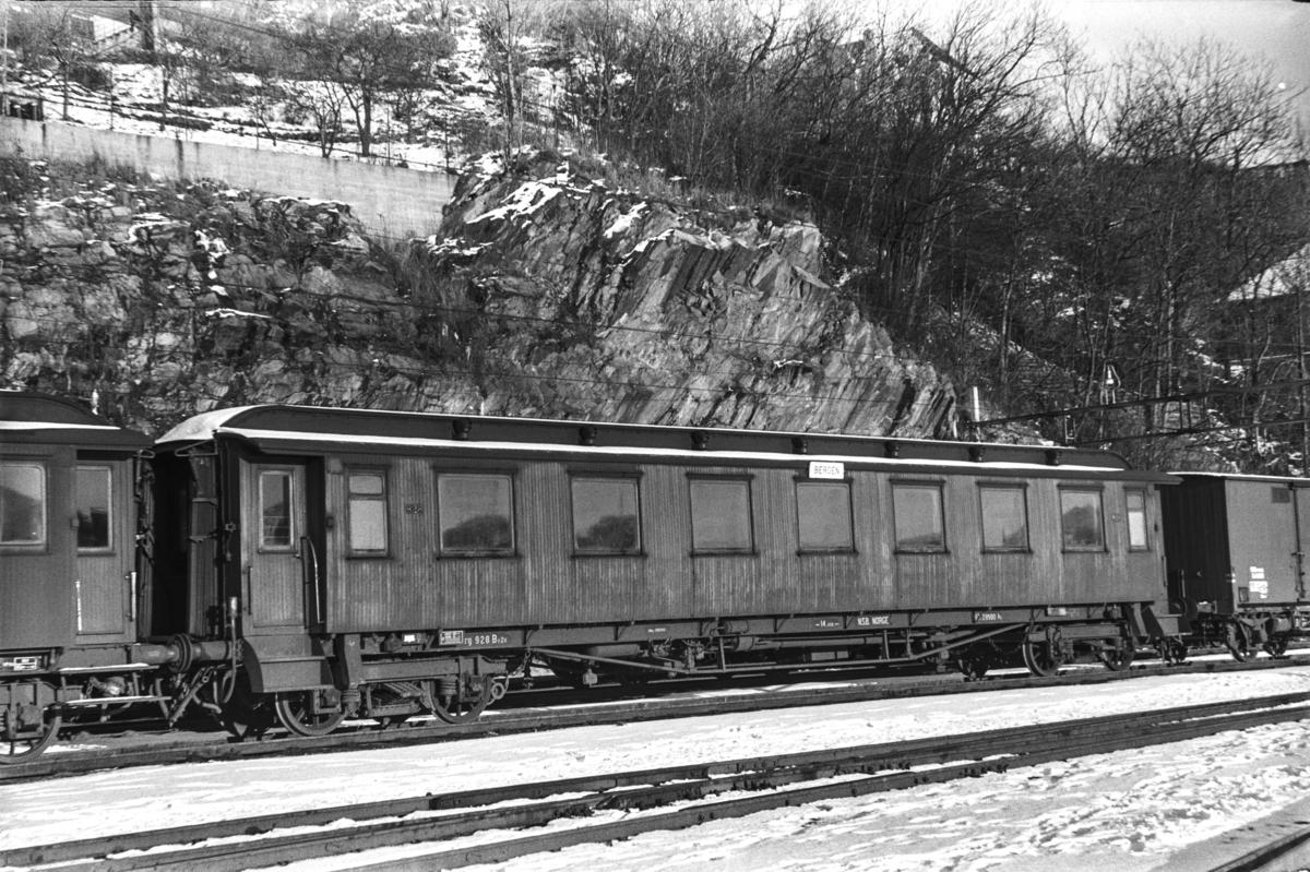 Personvogn litra Bo2c nr. 928 på Bergen stasjon.