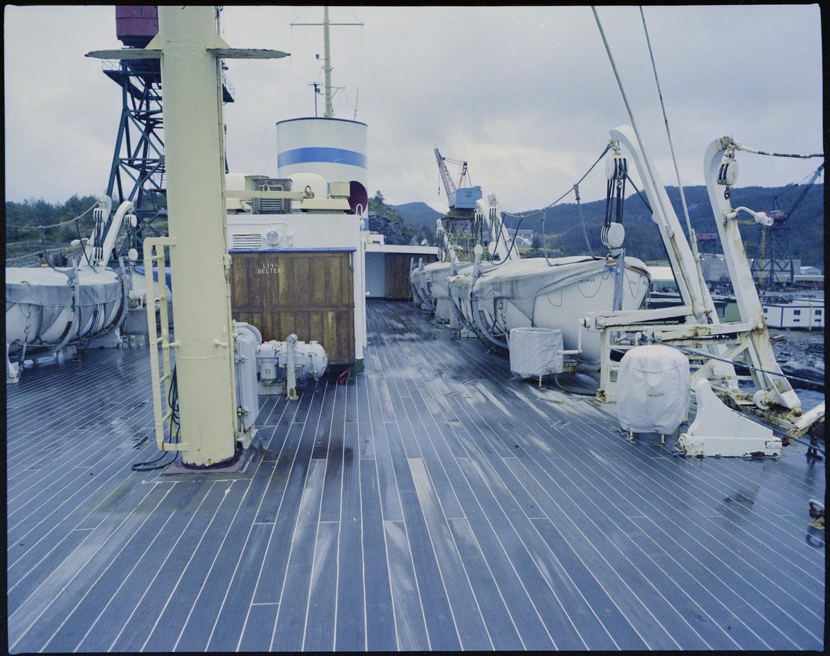 """Det gamle hurtigruteskipet M/S """"Nordlys"""" ved kai på Halsnøy. Det er bilder av selve skipet og dekkene deres."""