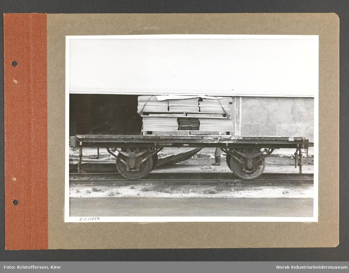 Fotoalbum med 48 sider og 48 innlimte fotografier fra Norsk Hydro på Herøya.