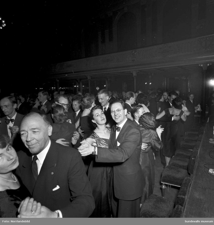 SCA-fest på stadshussalongen med middag och dans.