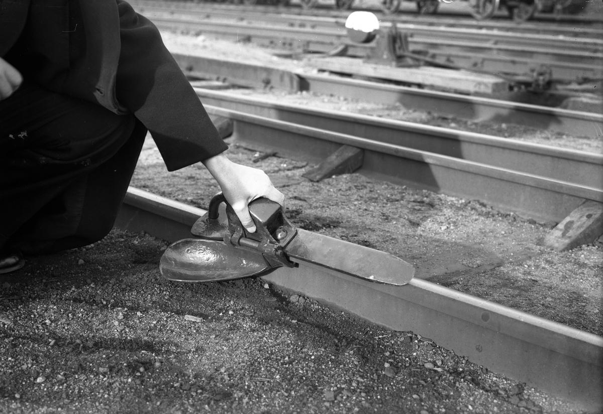 Bromssko är en liten släde som placeras på ena rälsen. När en vagn kommer, så rullar hjulet upp på släden, men stoppas sedan av en klack som gör att hjulaxeln låses och släden glider tills friktionen fått den att stanna. Bromsskor har funnits länge och används fortfarande vid rangering på mindre bangårdar. Bromsskor används även som stoppbockar för att förhindra att vagnar kommer i rullning.