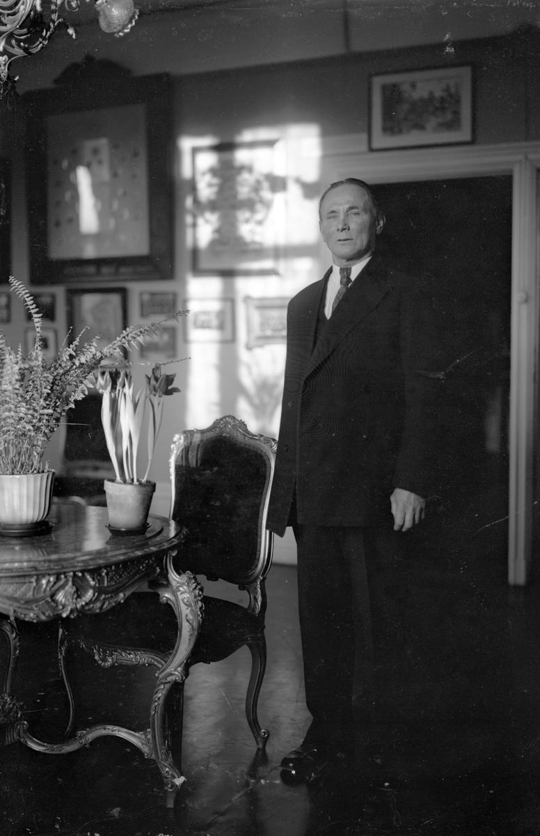 Banvakt Strömberg, vaktmästare på Järnvägsmuséet ( avgick ur tjänsten1934)