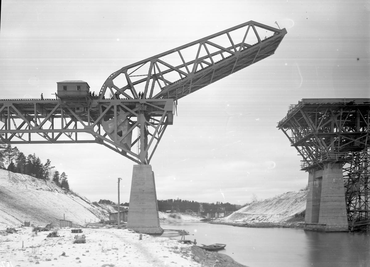 Södertälje Kanal. Klaffen och kanalpelare vid klaffbro.