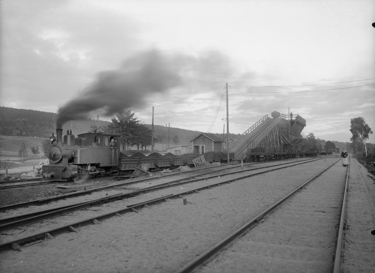 Omlastning av malm från Nybergets gruvor. Spåret till höger går till Smedjebacken och Smedjebackens hamn, ursprungligen Smedjebackens Järnväg.