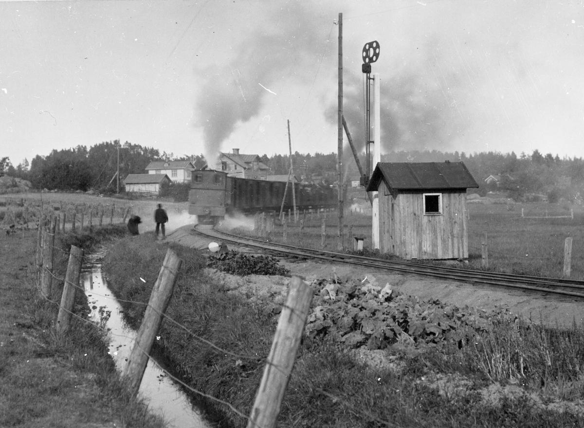 Tåg mot Skyllberg på utgång från Askersund station.