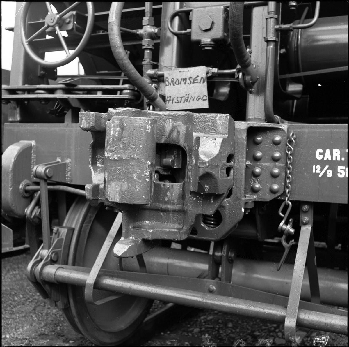 Centralkoppel på Malmvagn SJ Mar 106740. Text : Bromsen avstängd. Provvagn