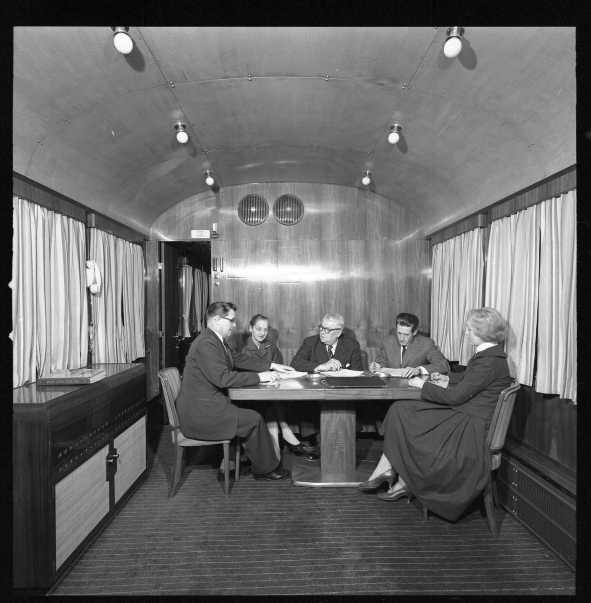 Statens Järnvägar, SJ So3 3945. Konferensrummet i Generaldirektörsvagnen.  SJ salongsvagn användes som representationsvagn av SJ:s generaldirektörer och abonnerades av företag. Gick ett tag som konferensvagn med texten 'Konferens på tåg' på sidan.  Littererades Ao3 vid leverans men littera ändrades till So3 1956. Vagnen användes även i det så kallade Dollartåget. Vagnen finns bevarad på Sveriges Järnvägsmuseum.