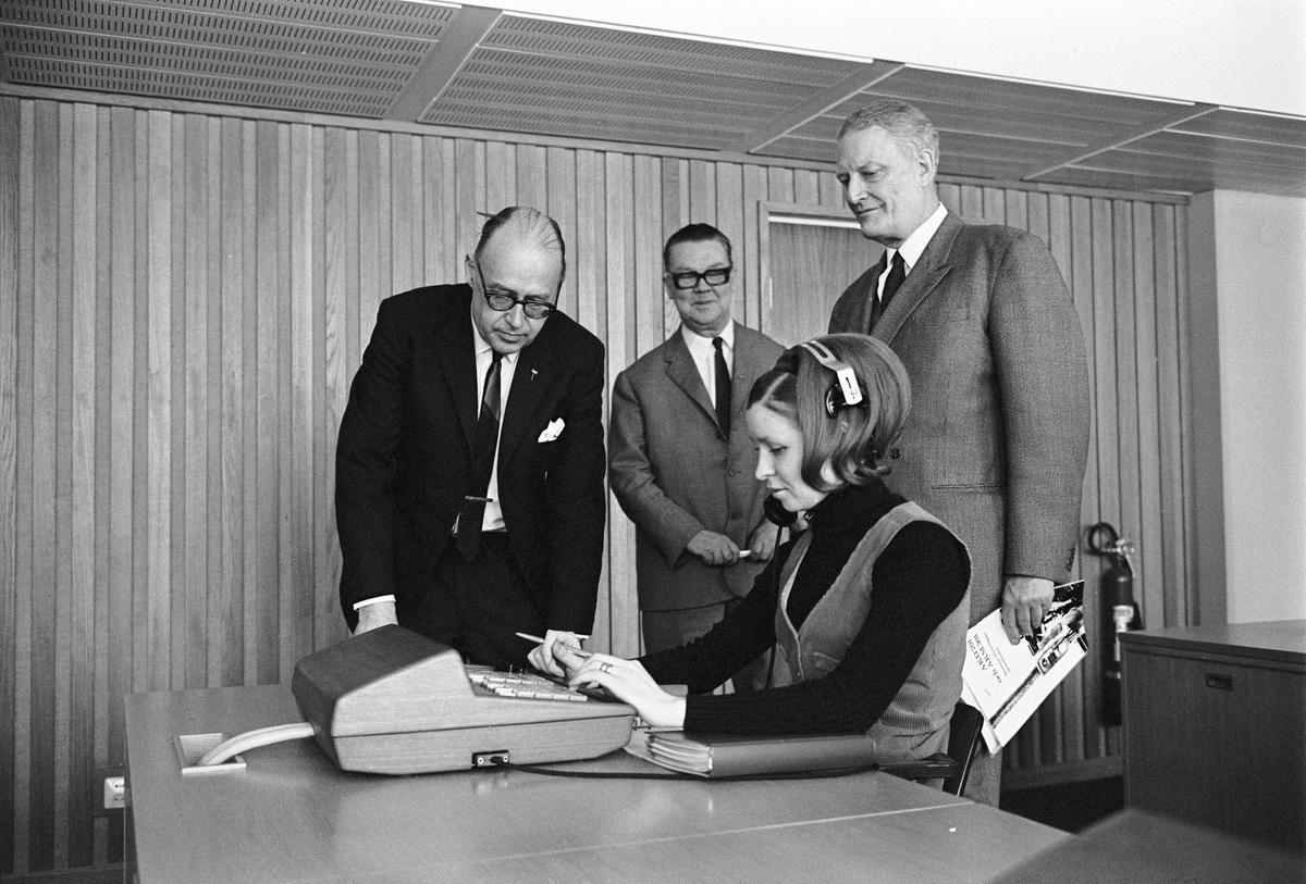 Statens Järnvägars automatiska fjärrtelefonnät. Pressvisning  Ha växel. Generaldirektör Erik Upmark till höger på bilden