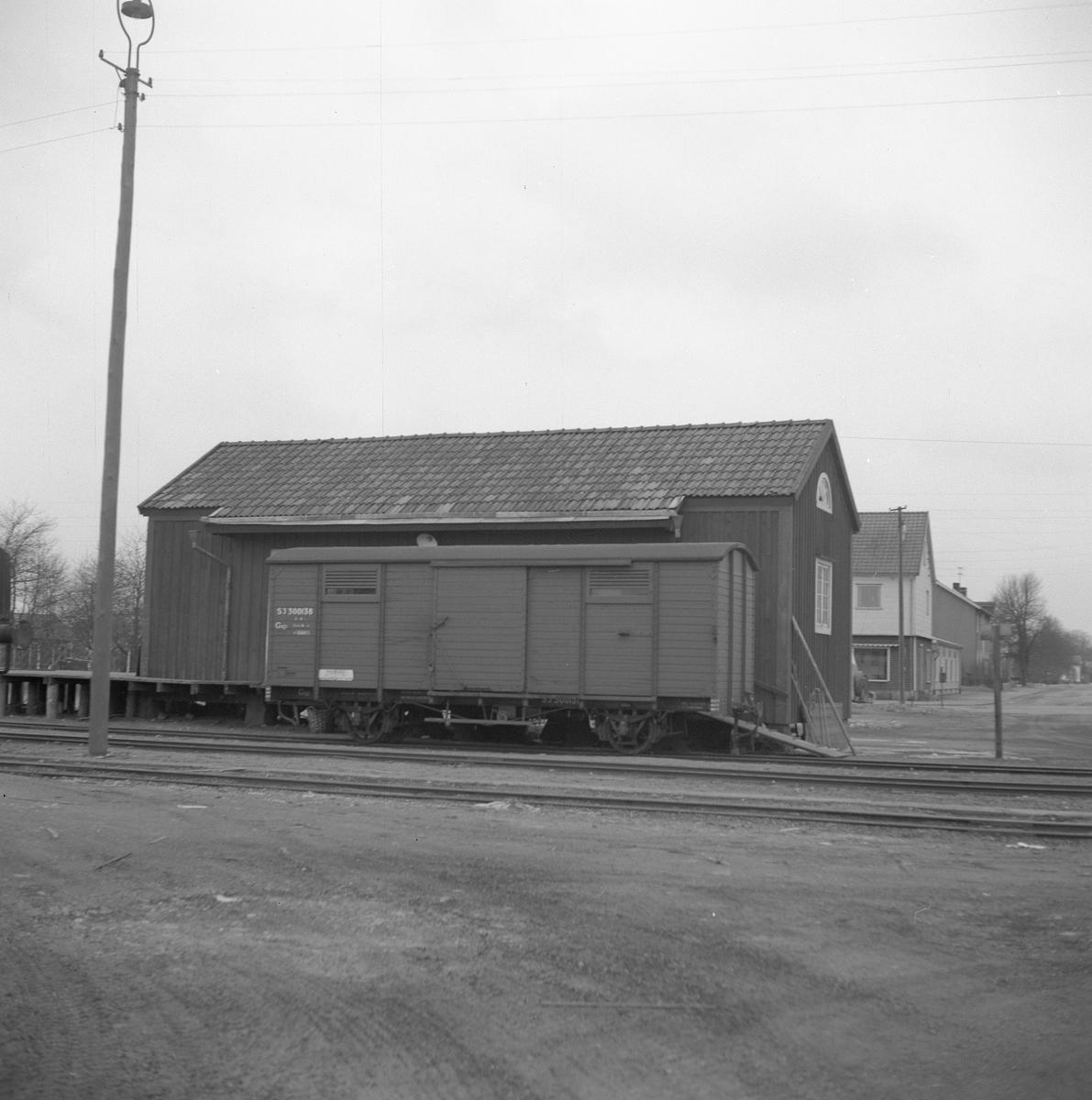 Statens Järnvägar, SJ Gsp 300138. Station anlagd 1922. Envånings stationshus i trä, byggt i vinkel. Tjänstelokal och lägenhet renoverades 1944, samtidigt tillbyggdes magasinet