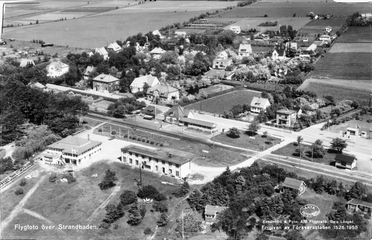 Flygfoto över järnvägsstationen med omnejd.