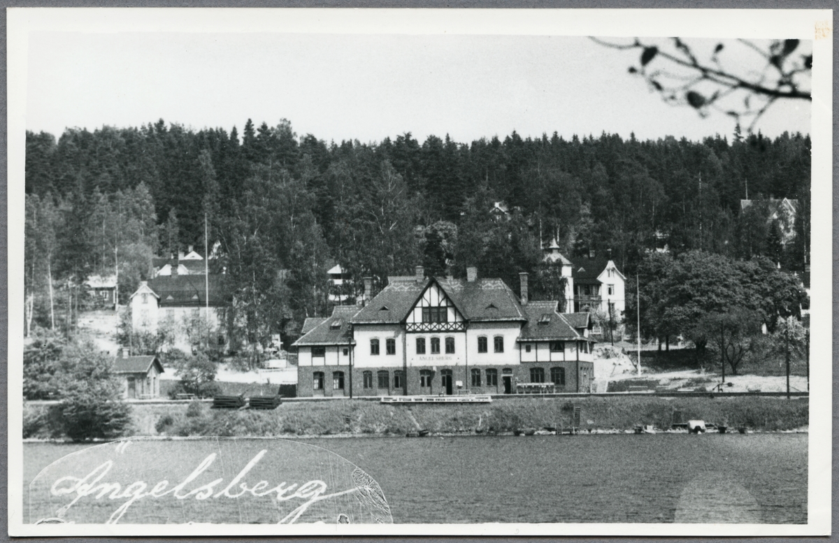 Ängelsbergs station från sjösidan.