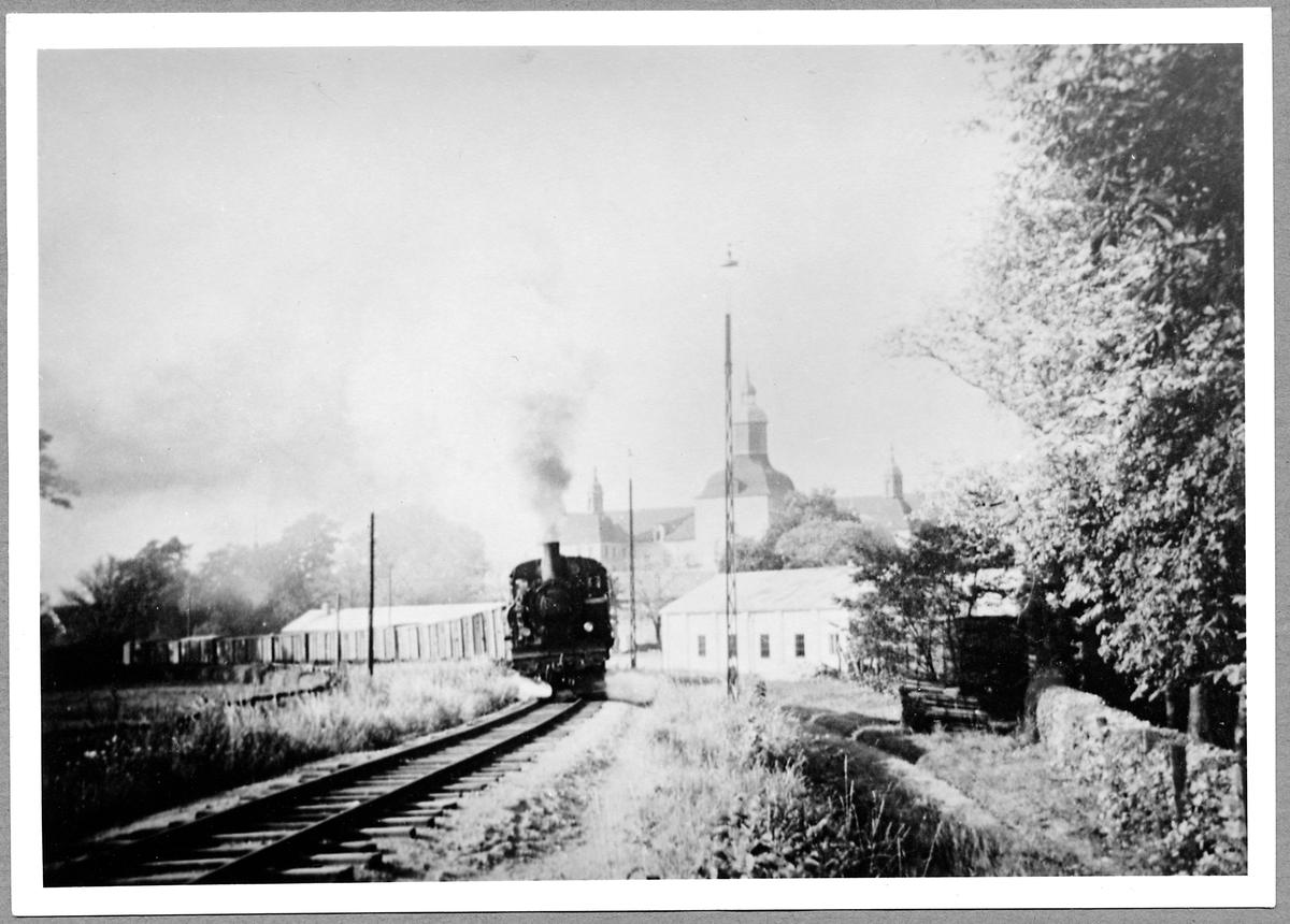 Avgående godståg från Vadstena. Statens Järnvägar, SJ S2p 3037.