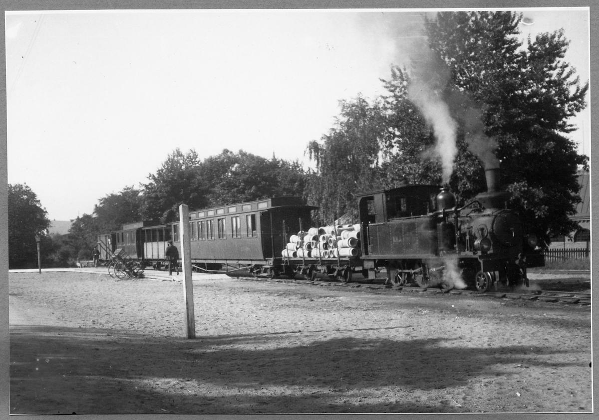 Norra Hälsinglands Järnväg, NHJ lok 3 med vagnar vid Hudiksvall station.