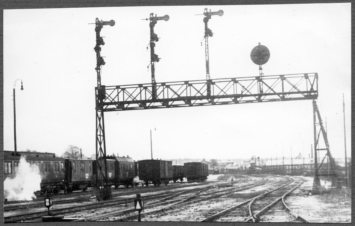 Nässjö bangård med signalbrygga.