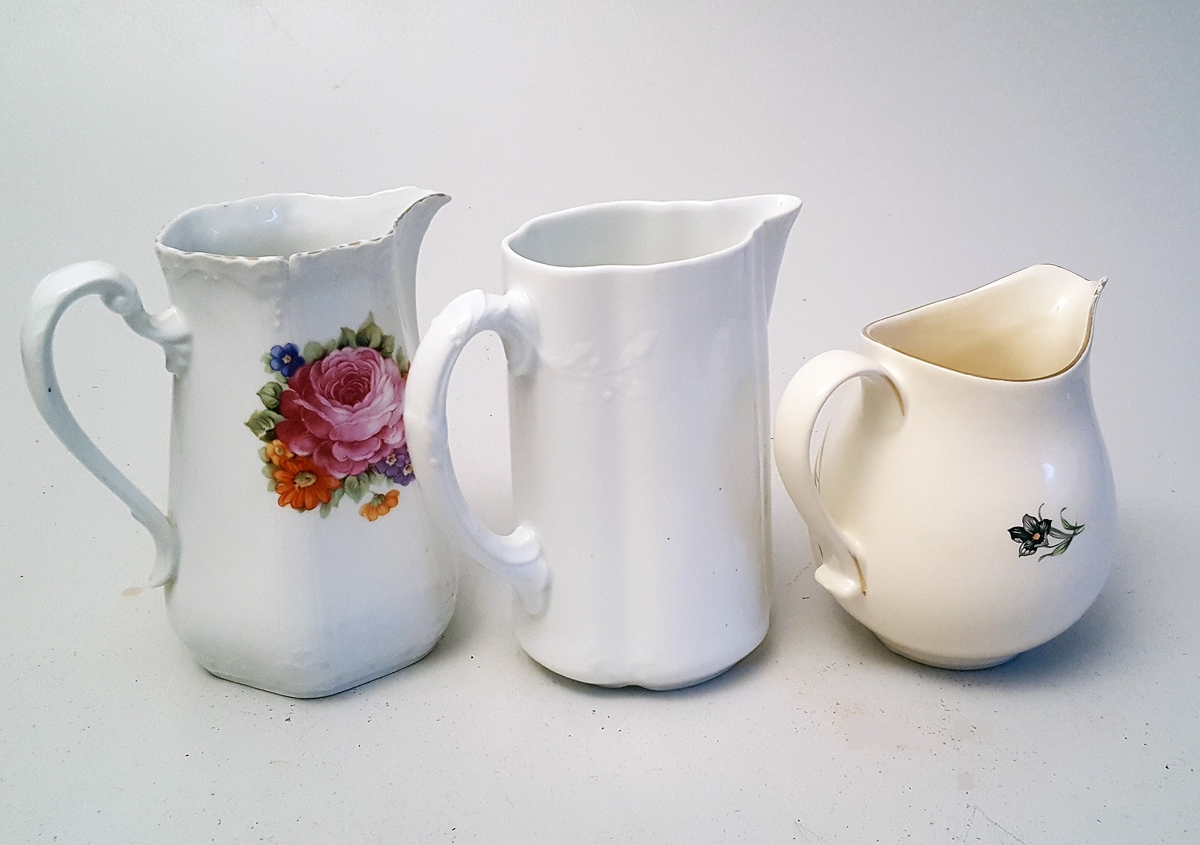 3 serverings mugger: 2 med stilisert blomstermotiv, 1 utan dekor