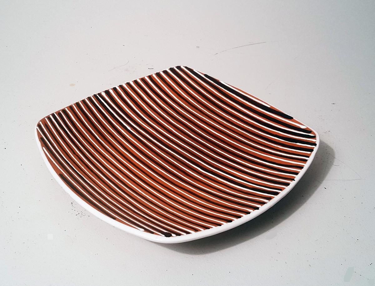 Firkanta dekorasjonsfat med stripedekor