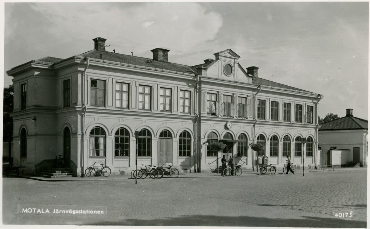 Kopia av Pressbyråns vykort Nr 40175. Motala järnvägsstation sedd från torget.