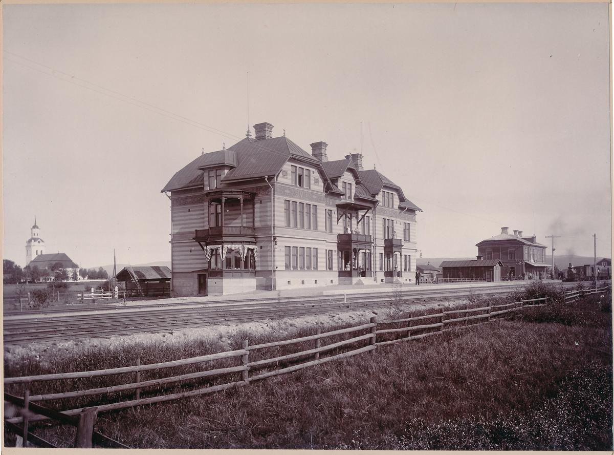 Till vänster Hotellet  till höger stationshuset, Carl Larsson tel: 357. Gefle.