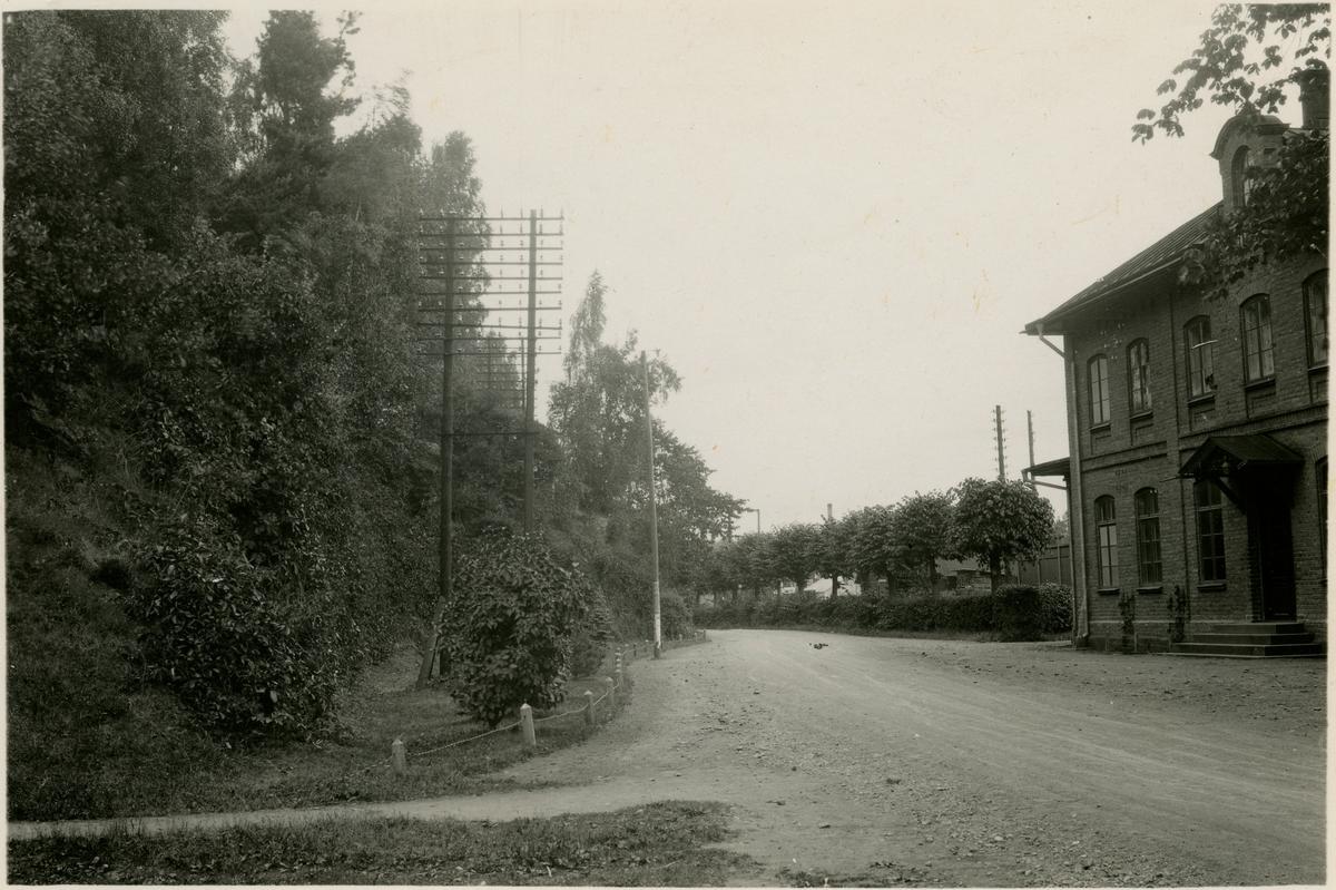 Sommens Station. Statens Järnvägar, SJ. Stationen byggdes under 1870-talet efter Boxholmsmodellen som var ritad av chefsarkitekten Adolf W. Edelsvärd vid Statens Järnvägars arkitektkontor. Stationen revs under 1940-talet. Banan elektrifierades 1939.