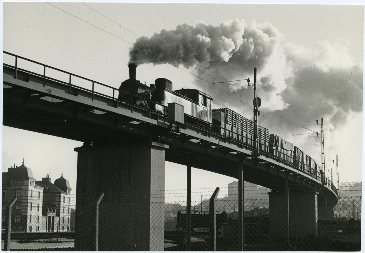 Godståg på Viadukten vid Sävenäs utanför Göteborg. Statens Järnvägar, SJ N, SJ Godsvagn