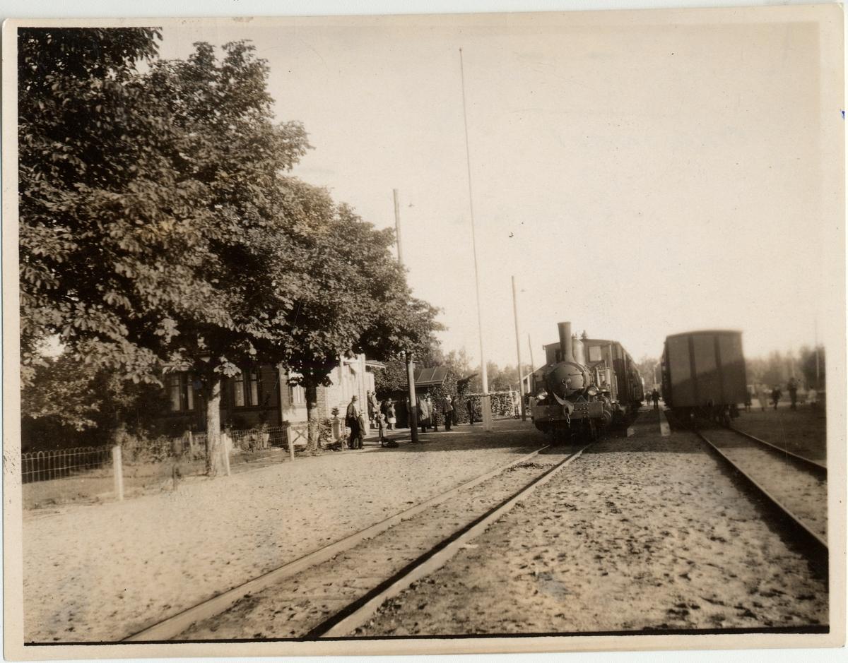 Konga station. Det vänstra tåget är på väg mot Ronneby och det högra till Tingsryd.