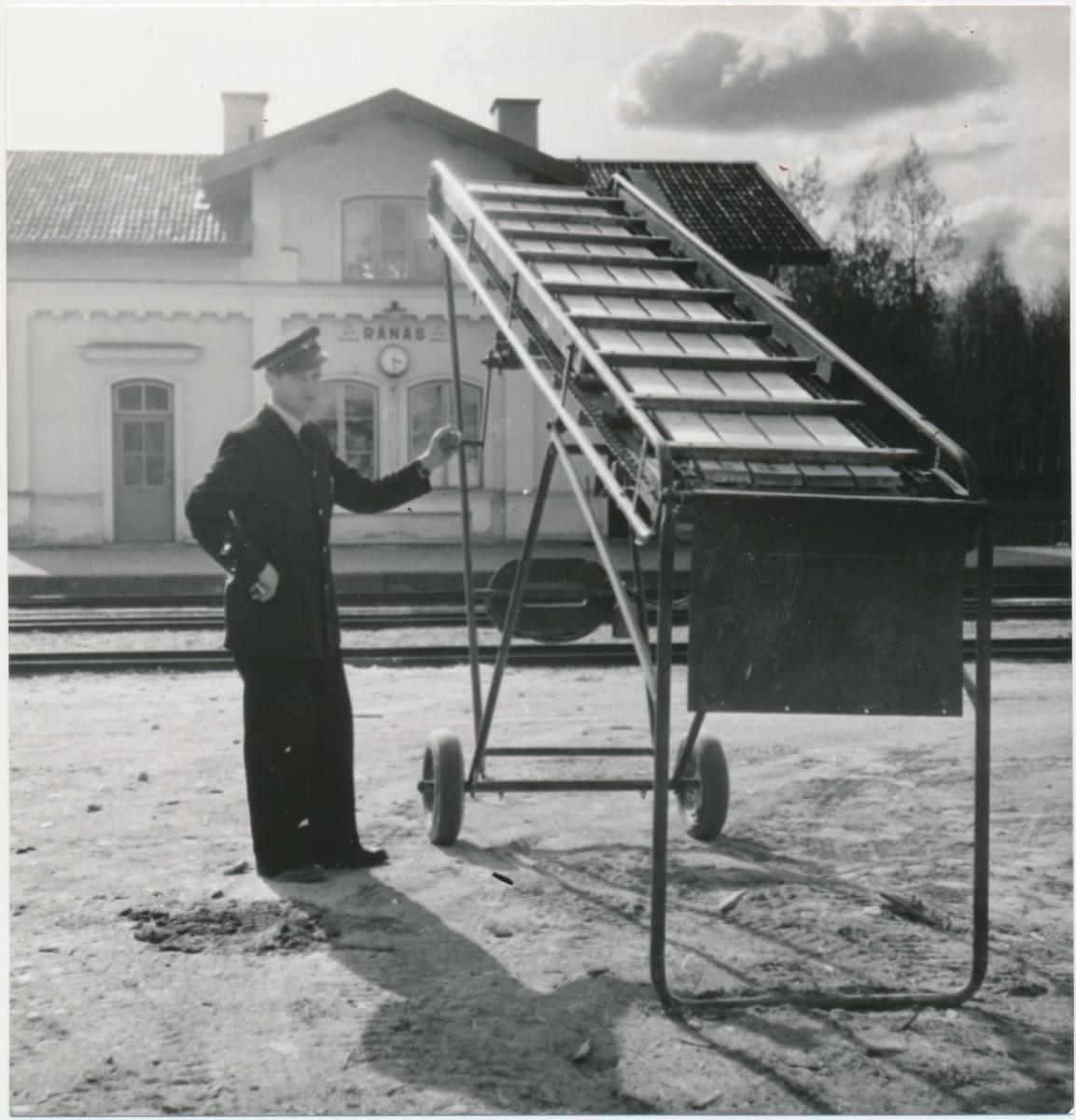 Transportör för lastning av gods på överförningsvagn från zinkvittfabriken i Rånäs, maj 1956.