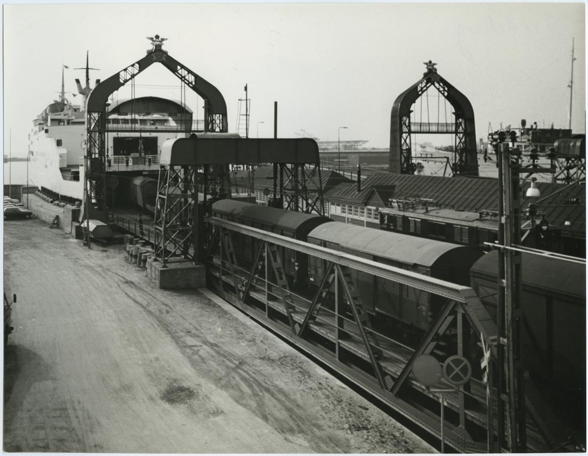 Lastning av godsvagn på färjan i Trelleborgs färjeläge.