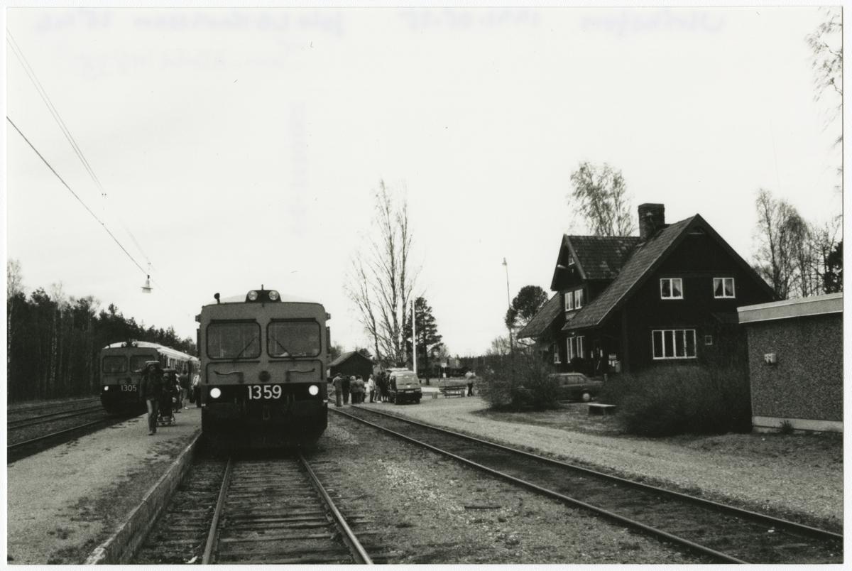 Ulriksfors station. Motorvagnar Statens Järnvägar, SJ Y1 1305 och SJ Y1 1359.
