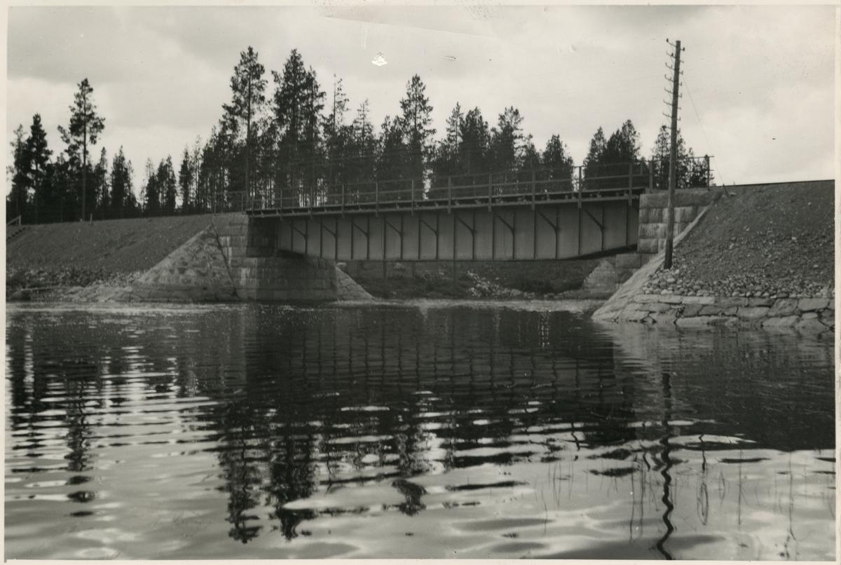 Järnvägsbro över Stenträskbäcken. Järnvägen som går genom Jokkmokks område sträcker sig över många vattendrag, bäckar, åar och älvar. Broarna som byggdes över de anpassades till terrängen. De var framförallt funktionella men, deras utseende gick från väldigt enkla, grovhuggna till sublima, estetiskt utformade valvbroar.