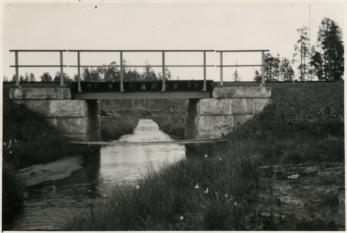 Järnvägsbro över Krukkijokk. Järnvägen som går genom Jokkmokks område sträcker sig över många vattendrag, bäckar, åar och älvar. Broarna som byggdes över de anpassades till terrängen. De var framförallt funktionella men, deras utseende gick från väldigt enkla, grovhuggna till sublima, estetiskt utformade valvbroar.