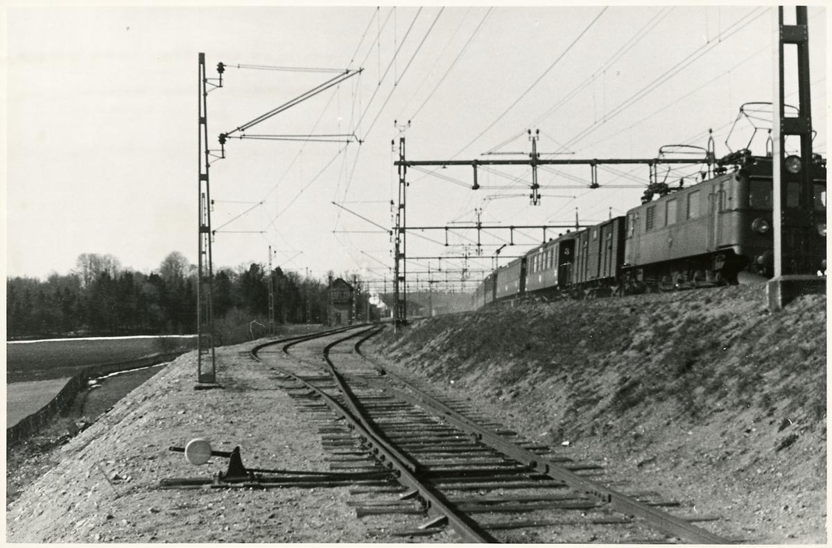 Statens Järnvägar, SJ D. Persontåg lämnar Älvsjö station.