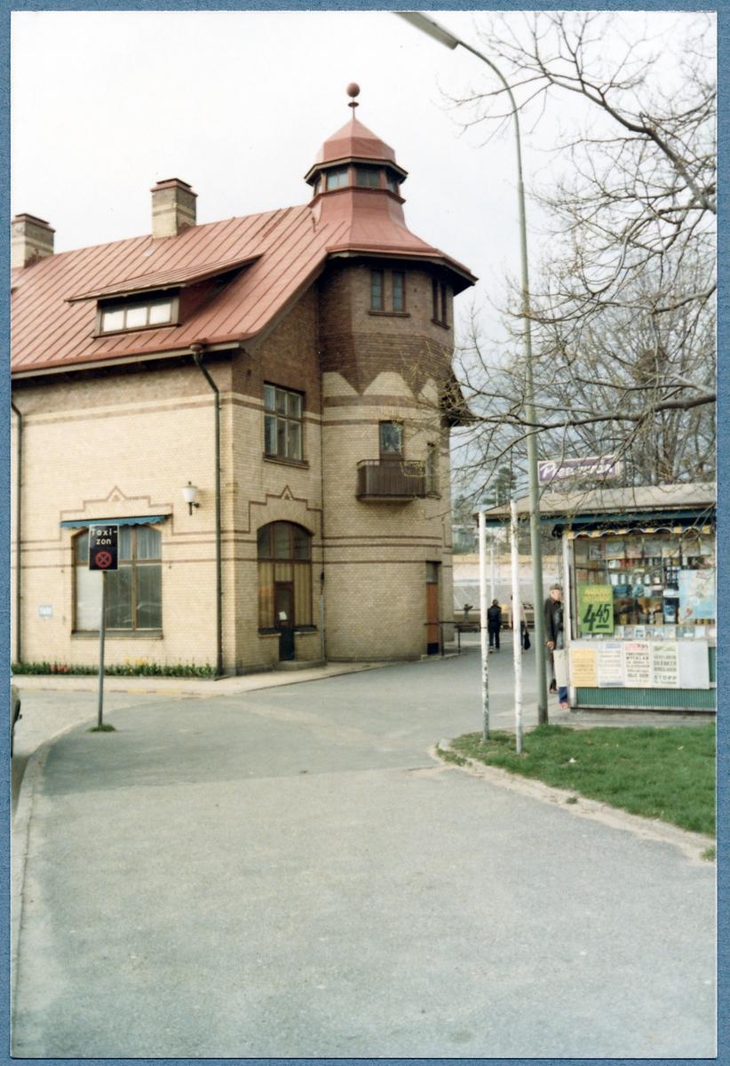 Station med pressbyrå kiosk.