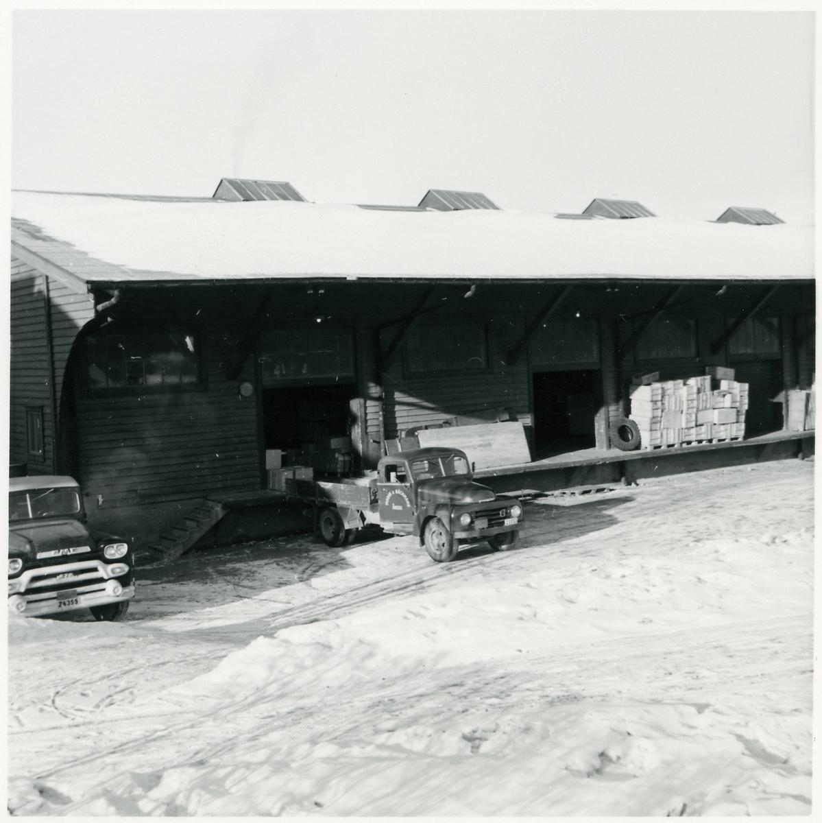 """Lastbil från """"Modins & Bäckmans åkeri"""" vid lastkajen."""