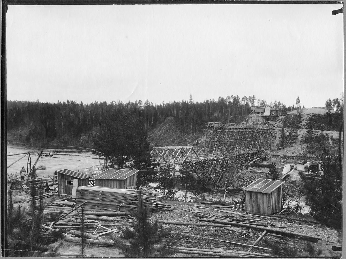 Järnvägsbron byggs över Piteälven vid Sikfors på linjen mellan Piteå och Älvsbyn.