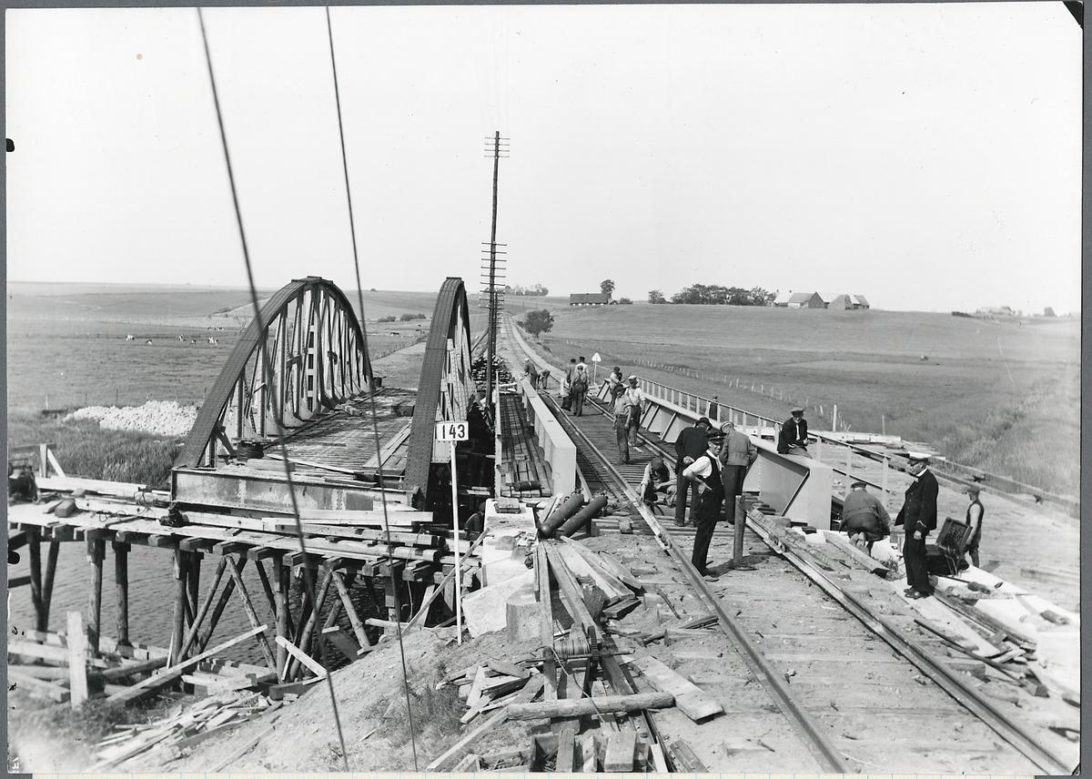 Ombyggnad av bro över Rönne å på linjen mellan Kärreberga och Östra Ljungby.