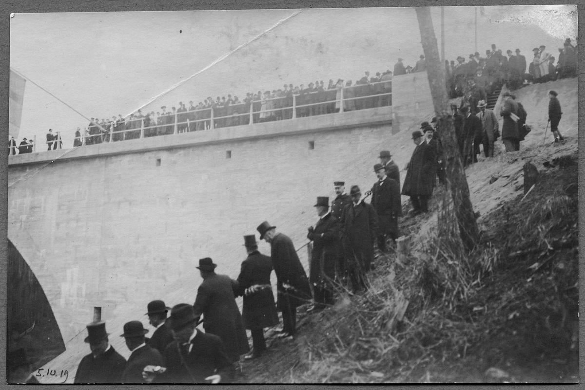 Invigningsdagen av den andra av Tallbergsbroarna över Öreälven 5/10-1919.